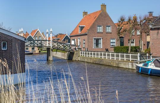 Het IJsselmeer en het oudje haventje van Hindeloopen zijn schitterend. Vakantiegangers vinden het een fijne plaats om te gaan zwemmen, te wandelen aan het strand en om van de rust en de natuur te genieten.  2. Het dorpje Hindeloopen