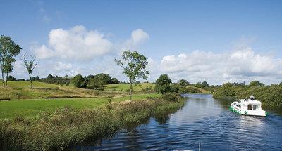Croisière à travers une campagne verdoyante et luxuriante