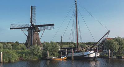 Moulin à vent et vedette hollandaise traditionnelle