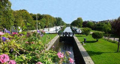 Bloemen bij het kanaal dat door Messac loopt
