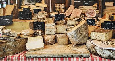 Heerlijke kaas op de Franse kaasmarkt