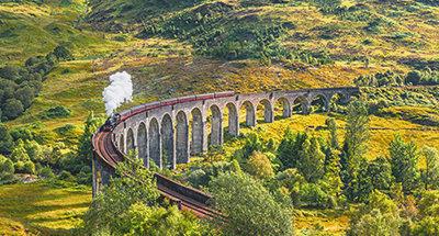 Stoomtrein Jacobite gaat over het Glenfinnan viaduct