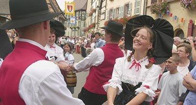 Een vrouw en een man dansen in tradtionele kleding
