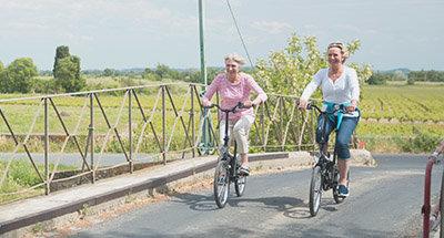 Over een klein brugje over het Canal du Midi fietsen