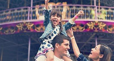 Kind op de schouders van de vader