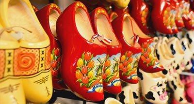 Nederlandse klompen in een winkel