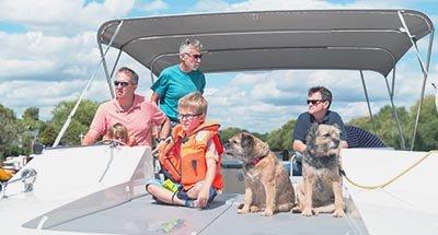 Familie aan boord van de Horizon op de Theems