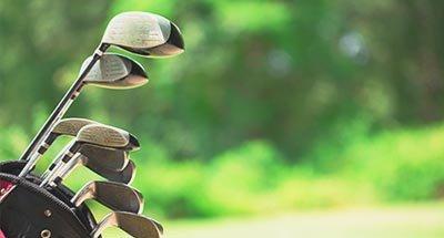 Golfclubs met onscherpe achtergrond
