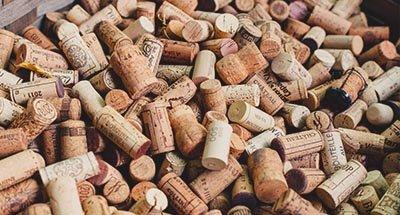Wijnkurken in een kist