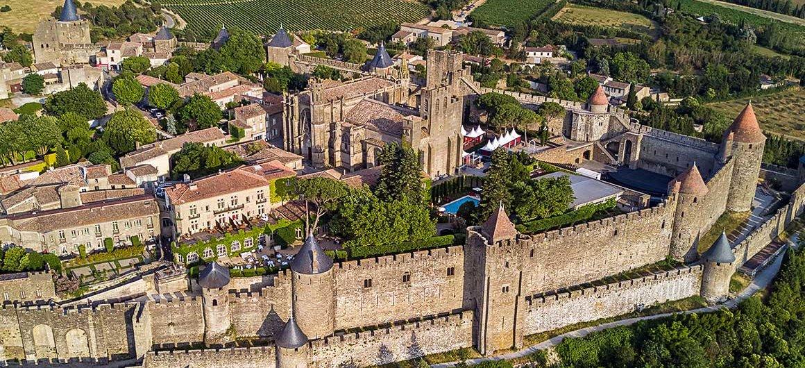 Aanzicht vanuit de lucht op Carasonne, Canal du Midi