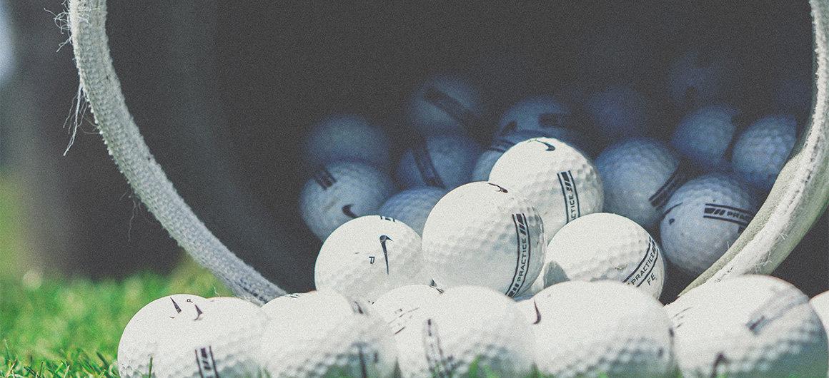 Een man speelt golf