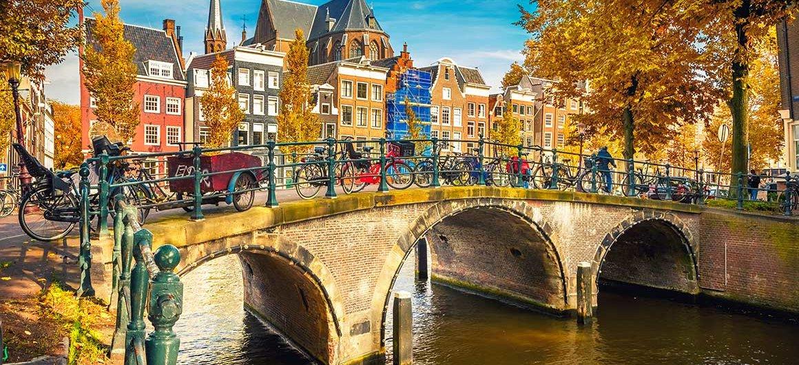 Brug over het kanaal, Amsterdam, Nederland