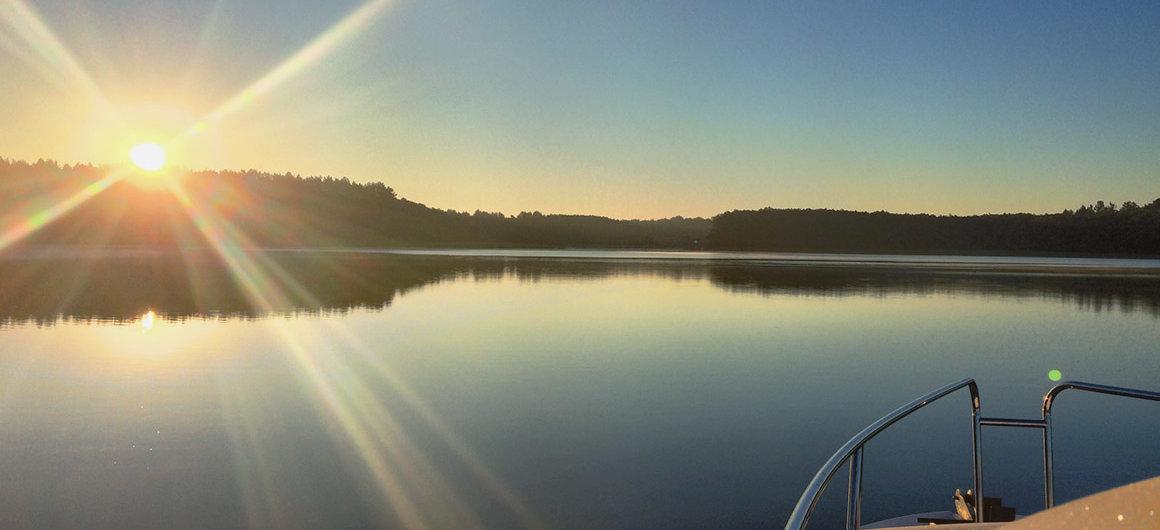 Royal Mystique bij zonsondergang op het Müritz-meer, Duitsland