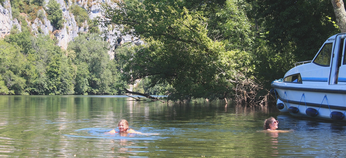 Zwemmen in de Lot naast de Le Boat boot