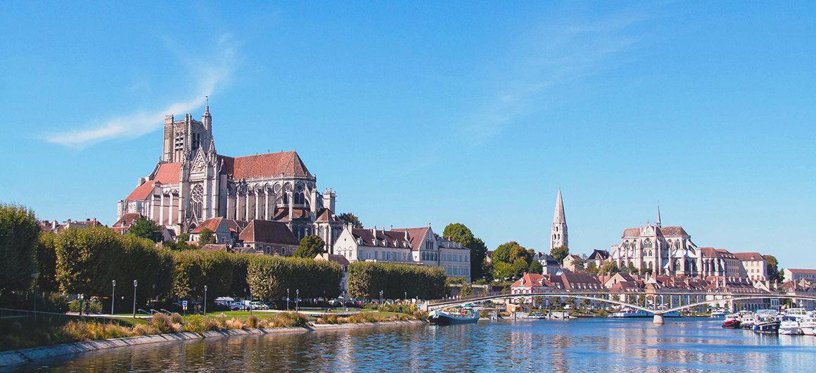 Uitzicht vanaf de rivier op Auxerre