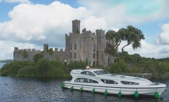 Bateau Emerald Star face à Castel Island sur le Lough Key